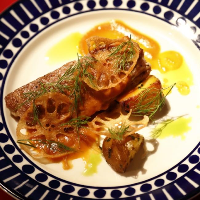 シェフ考案のスペイン産白豚肉料理のひとつ