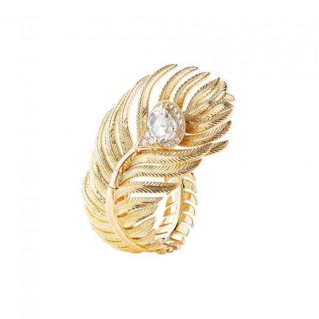 「プリュム ドゥ パオン リング ラージ」 YG、ダイヤモンド ¥2,270,000(税込/予価)