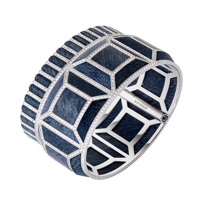 「キャトル ブルー ジーン カフブレスレット」(ダイヤモンド、ホワイトゴールド、デニム、レジン)*非売品