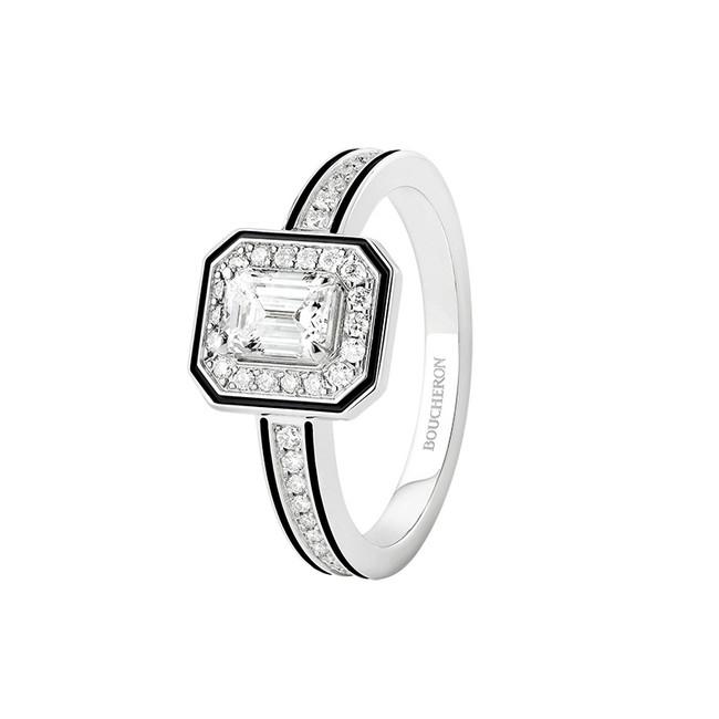 「VENDÔME LISERE ヴァンドーム リズレ ソリテール リング」 WG、エメラルドカット ダイヤモンド 0.5ct、ラウンドカット ダイヤモンド、ブラックラッカー ¥1,200,000(税抜)