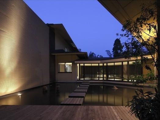廊下から見える水盤は夜になると幻想的な風景に