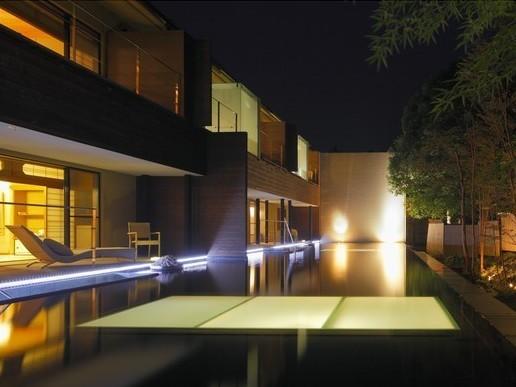 居室と地下露天風呂を水盤が隔てる二層式デザイナーズルーム「ななかまど」