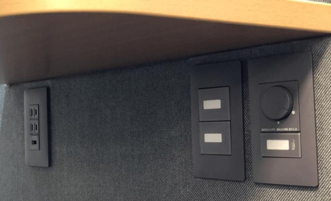 写真:調光ダイヤル、電源、USB給電(天板下)