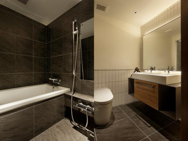 旅の疲れを癒すバスタブと2名でもゆったり使える洗面スペース
