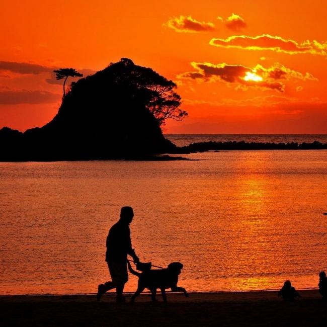 まるで怪獣が火を噴いたような、あづり浜の夕日