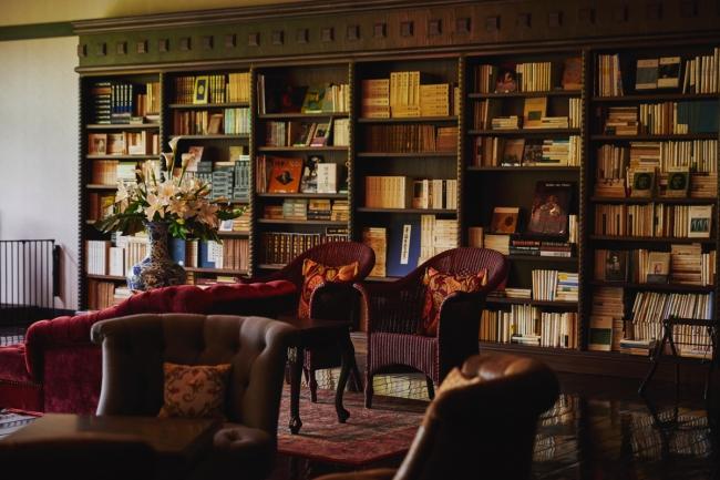 3万冊の蔵書に囲まれたラウンジ