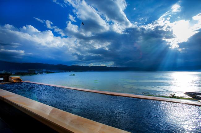 諏訪湖と一体となったかのような景色を味わえる萃 sui-諏訪湖の展望露天
