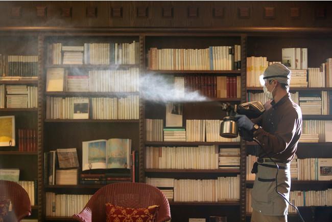 噴霧器を使って館内を消毒している様子