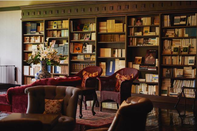 大人の寛ぎを愉しめる3万冊の蔵書ラウンジ