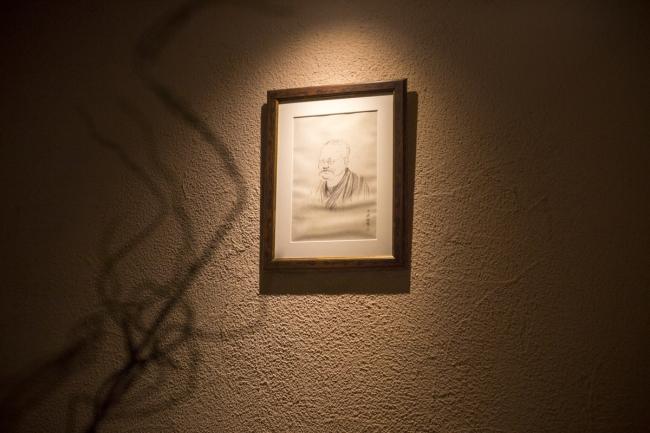 客室に飾られた伊藤左千夫のポートレイト