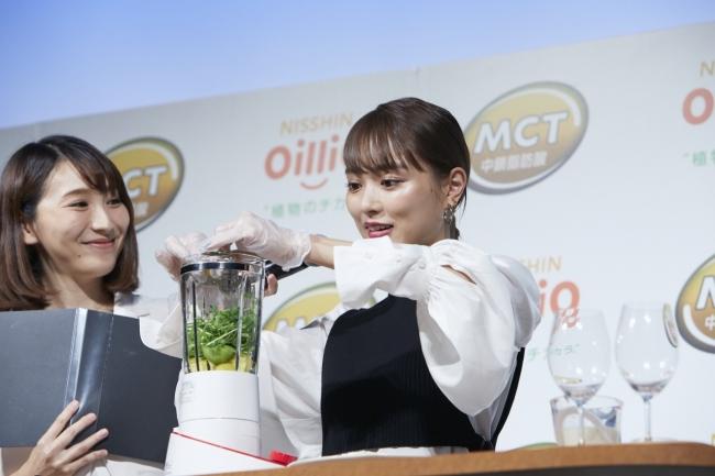 スムージーを調理実演する内田さん