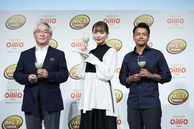 (左)日清オイリオグループ佐藤理事、(真ん中)内田理央さん、(右)加藤シェフ