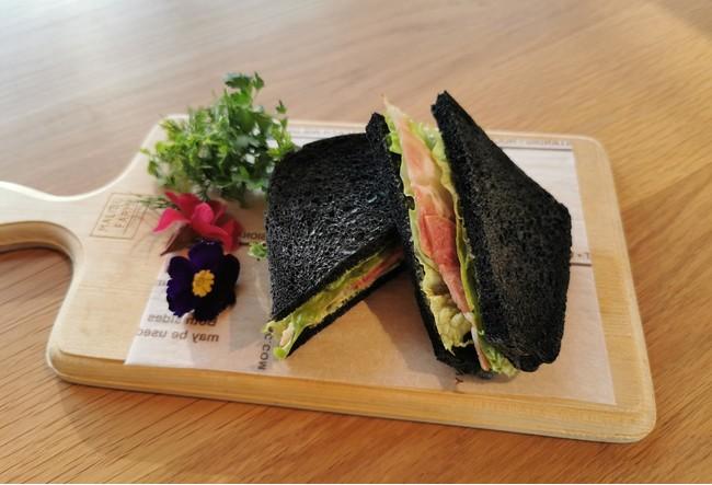 バレンタイン特別アフタヌーンティー「竹炭パンのサンドイッチ」 老廃物をデトックスする作用がある竹炭を練りこんだパンに、鎌倉ハムを挟んだ特製サンドイッチ。