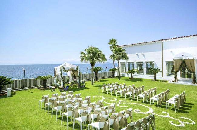 鮮やかな芝生のグリーンが美しい『アクアガーデン』。挙式以外にもパーティを楽しむスペースとしても!