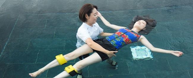 浮き輪リングを使ったセラピー。(セラピストは通常マスク着用にて行います)