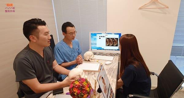 日本語の上手な医療スタッフが相談中