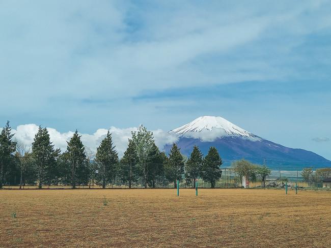 テニスコートからの富士山の眺望