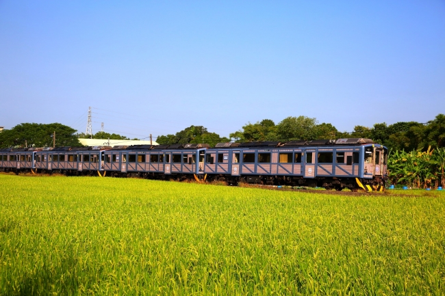 ロマンチック台三線芸術祭限定の「山歌列車 San Go」と台三線の風景。(画像提供:Akibo works 明道スタジオ 写真:顏贊成)