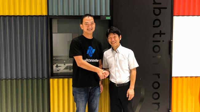 SFA代表・Chia Hock Lai氏(左)と成光精密株式会社代表取締役・高満洋徳氏(右)