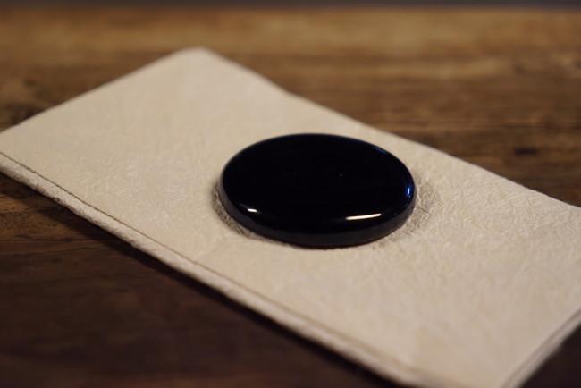 月面の砂と同組成の模倣土を基に生成されたガラス。鉄分が多いため光沢のある濃い黒色が特徴。