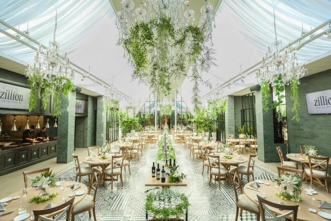 ▲緑とウッド調のテーブルチェア、明るく開放的な店内に心躍る