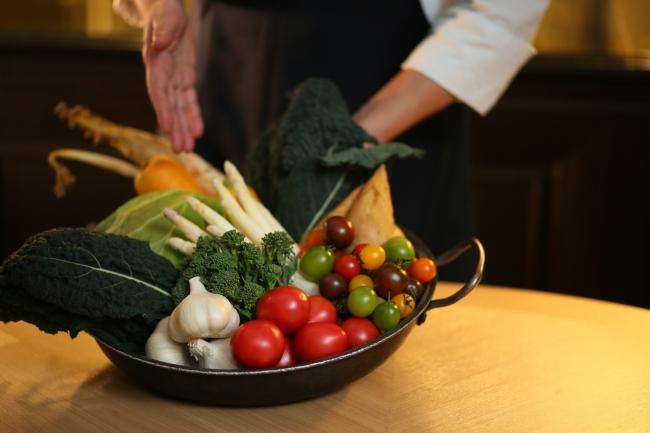 ▲お食事前はシェフがテーブルで「本日調理する野菜」を説明。料理への期待感が一気に高まる