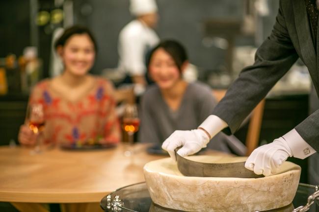 ▲目の前でチーズを削る「ラスパドゥーラ」
