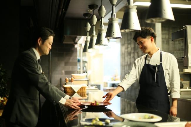 ▲料理が出来たら「Pronto!(できました)」、受け取るサービススタッフが「Si ,Grazie!(はい、ありがとう)」笑顔と活気溢れる掛け合い