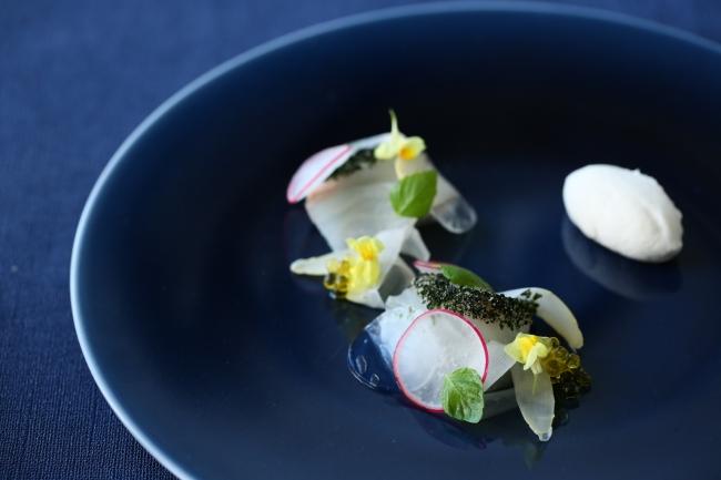 みかん鯛とホワイトアスパラガスのムース 昆布の香り ホワイトバルサミコのアクセント