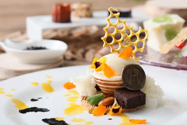 ▲モンブランとハニージンジャー、ショコラを使用したメインのデザートはお皿全体で蜂を表現。