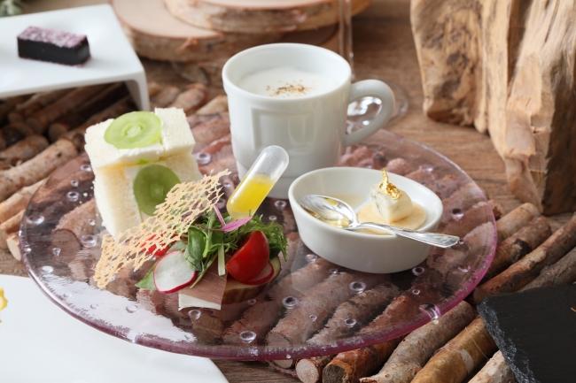 ▲ハチミツだけではなく、塩味のある秋の食材も使用。季節のフルーツサンドもご一緒に。