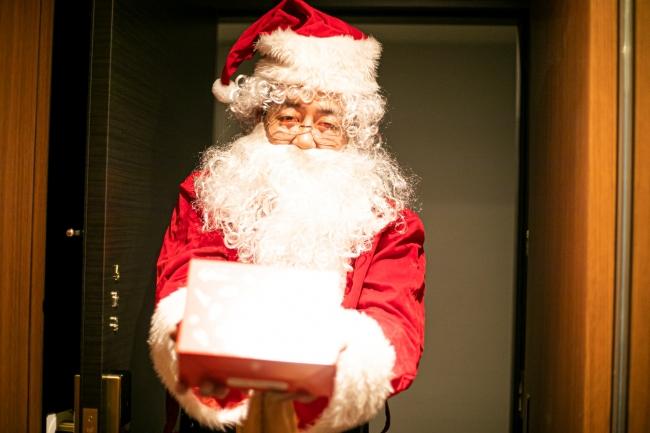 ▲サンタクロースがお菓子と特別アメニティをお部屋にお届け
