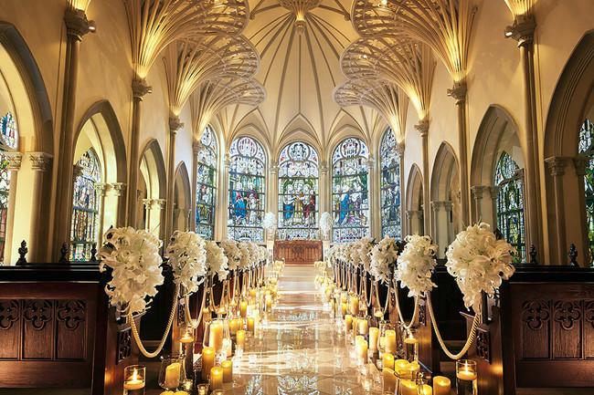 昼の大聖堂内観(夜はステンドグラスが黄金色に輝く)