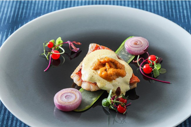 """新鮮な魚を直送で仕入れ、""""雲丹""""のオランデーズソースを使用した至極の魚料理。"""