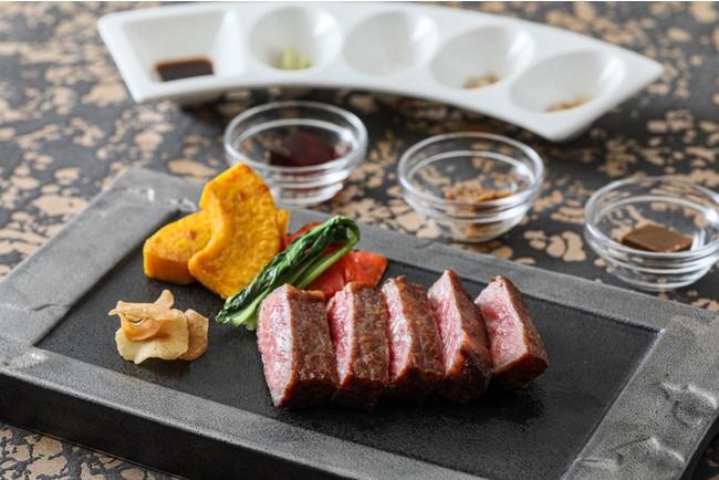 """愛知県産黒毛和牛""""みかわ牛ゴールド"""" は、良質で深い味わい。自家製ジュレと3種の岩塩でご賞味ください。"""