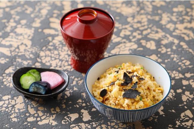 名古屋コーチン卵の炒め御飯は、目の前でフレッシュトリュフをスライスして提供。トリュフの芳醇な香りが楽しめます。