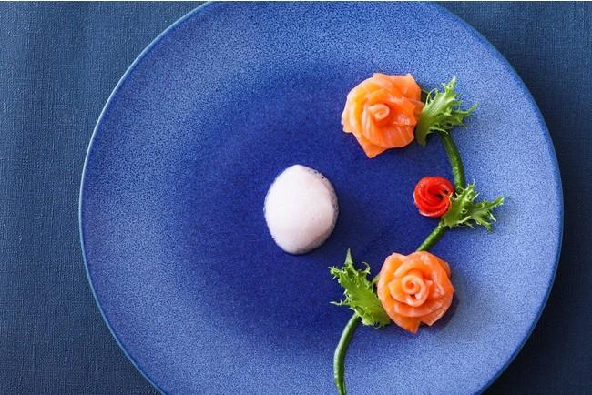 """""""美女と野獣""""の物語に欠かすことのできない薔薇の花を、サーモンの自家製マリネと、トマトで表現。"""