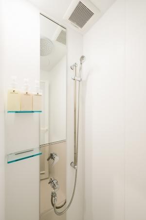 日帰り利用もできるシャワールーム。トレイルランナーには嬉しいロッカーや洗面化粧台も併設している。