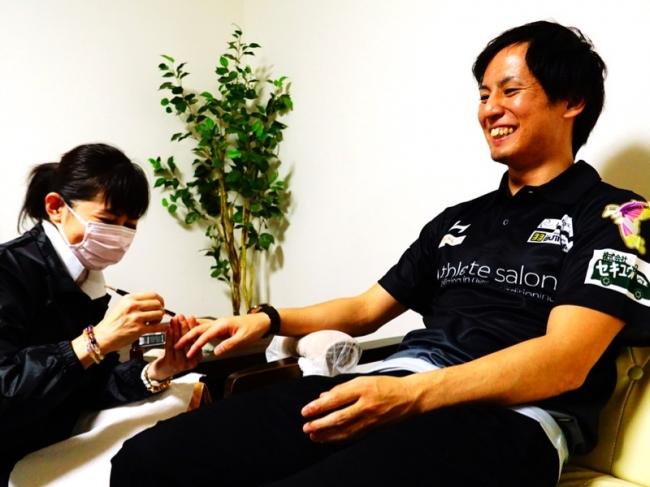 8. トランポリンシューズの特性を把握し、手足の爪ケアを施す。トランポリン 島田選手