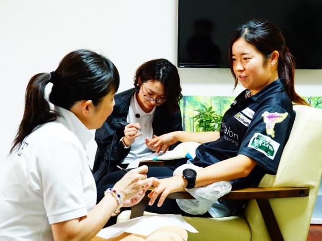 8. プレー中の動作をヒアリングし、爪のカウンセリングと爪ケアを施すネイルトレーナー。秋山選手
