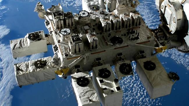 【ISS船外実験プラットフォーム】©JAXA/NASA