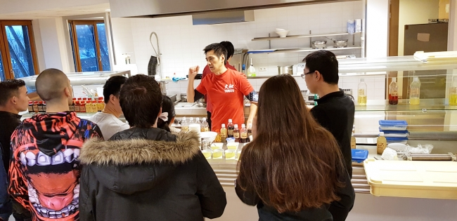 広いキッチンスペースでの講習