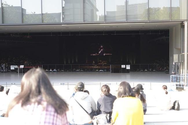 ホール後方が解放され、屋外ステージと一体に