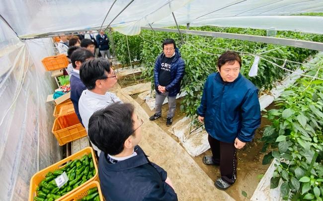 コンソーシアムメンバーである宮崎県内の農業関係者が収穫ロボットを視察(2020年1月)