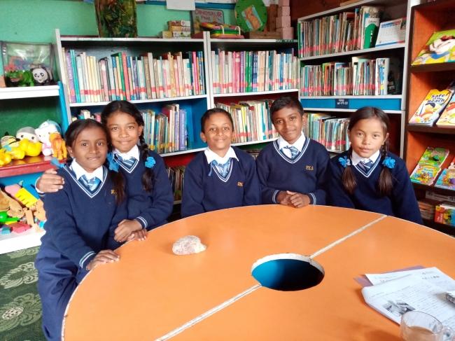 ゴダワリ図書館を利用している子どもたち