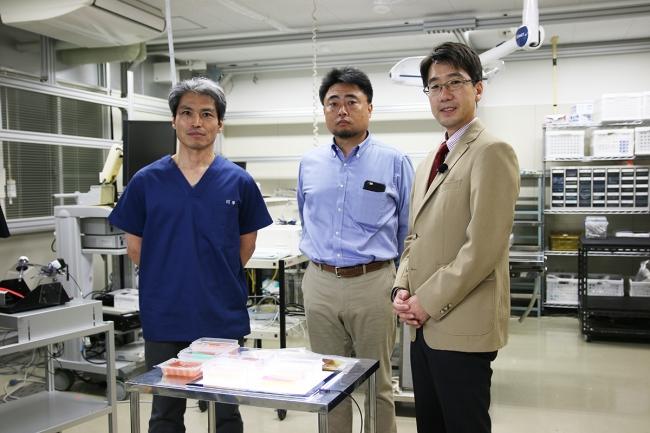 左から川平教授、弊社代表高山、東京医科歯科大中村教授