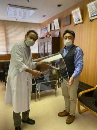 弊社代表高山(写真右)。近隣医療機関へエアロゾルボックスRタイプ無償提供する際の様子