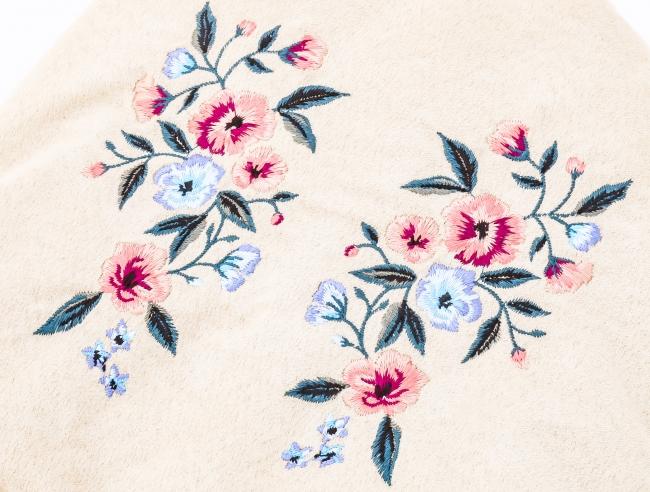 リッチなスウェード調素材に花モチーフの刺繍をオン