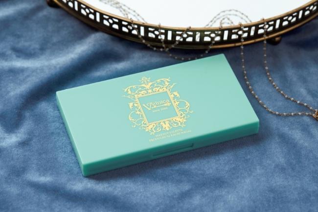 ケースは、「ヴェルニカ.」のブランドロゴがきれいな明るいミントブルー。