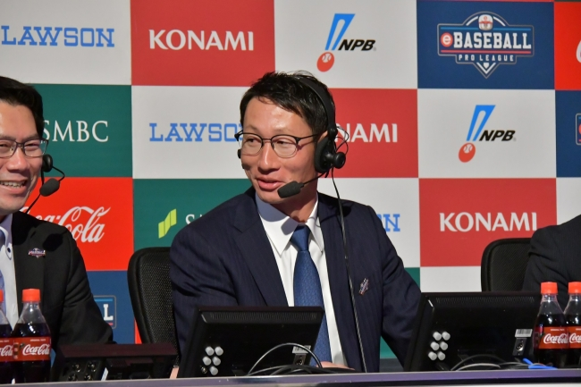 解説中のカープOBの赤松真人氏 (C)Nippon Professional Baseball (C)Konami Digital Entertainment
